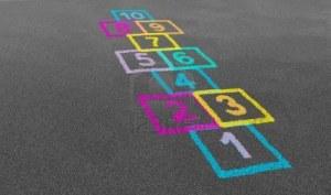 13559418-rayuela-juego-en-perspectiva-en-el-patio-de-una-escuela-en-un-piso-de-asfalto-con-dibujos-de-tiza-de